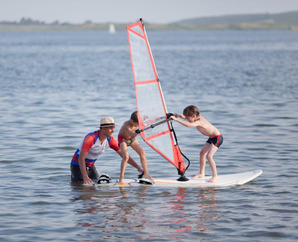 Obozy windsurfingowe dla dzieci – sposób na aktywny wypoczynek