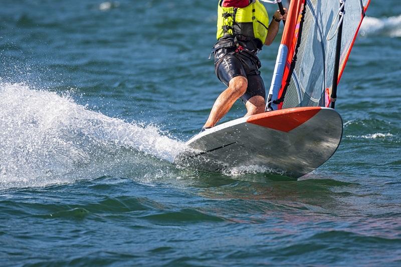 Czym charakteryzuje się strój do windsurfingu?